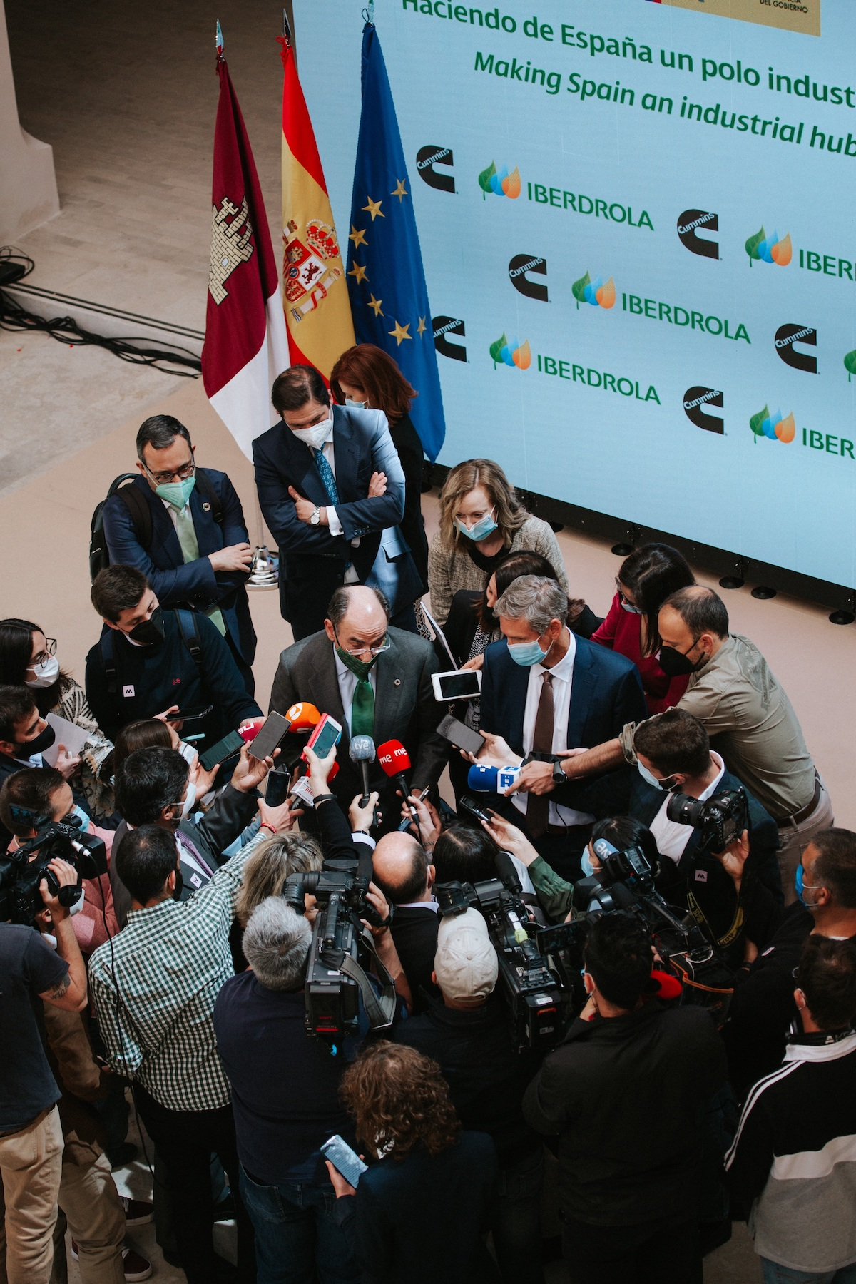 Iberdrola Chairman and CEO Ignacio Galán (left) and Cummins Chairman and CEO Tom Linebarger (right), meet with members of the Spanish media to discuss the plant announcement.