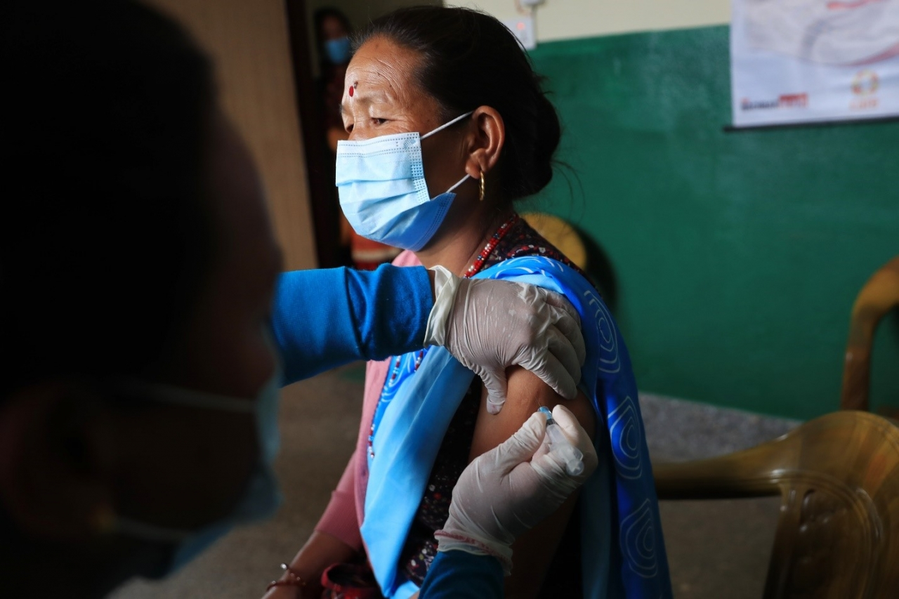 A woman in Nepal receives the Covid-19 vaccine. © UNICEF/UN0447368/Prasad Ngakhusi