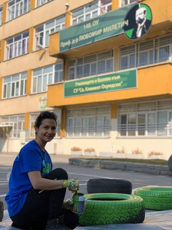 Elena Stoyanova painting tires green