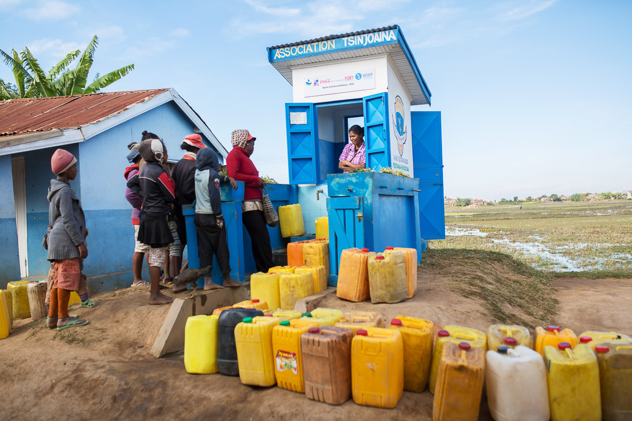 Peri-urban residents of Antananarivo in Madagascar collect water from one of the 400+ kiosks built as part of a program led by Water and Sanitation for the Urban Poor (WSUP) to strengthen the capacity of service providers and improve access to WASH for low-income communities. Photo: Rapiera Tsilavo / GETF