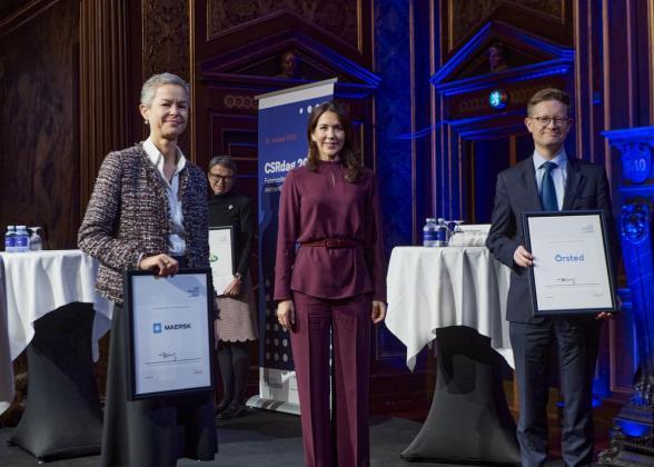 Jakob Askou Bøss (right) receives the Danish CSR Prize 2020 on behalf of Ørsted from Crown Princess Mary of Denmark (center). Image credit: FSR