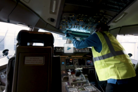 United Now Cleaning Flight Decks With UVC Lighting Image
