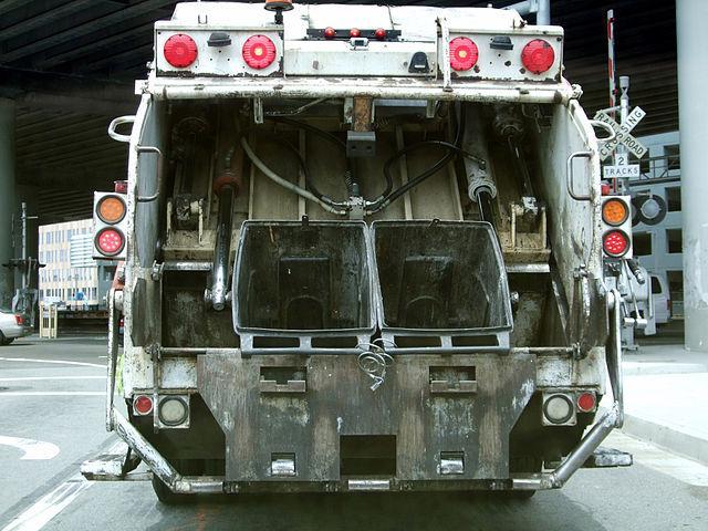 640px-Garbage_Truck_landfill.jpg