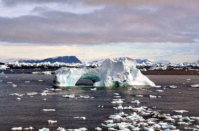 640px-Iceberg_with_hole_edit.jpg