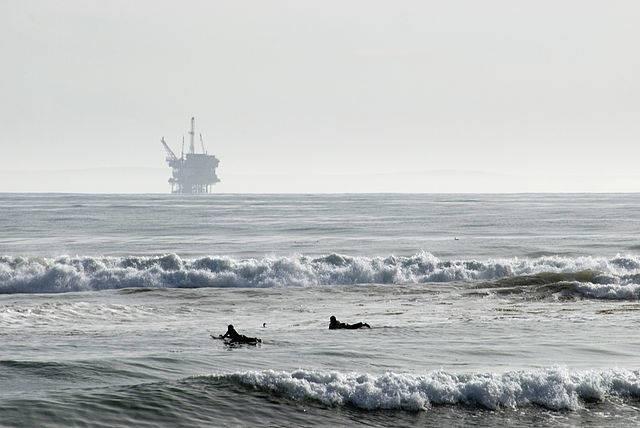 640px-Offshore_oil_rig.jpg