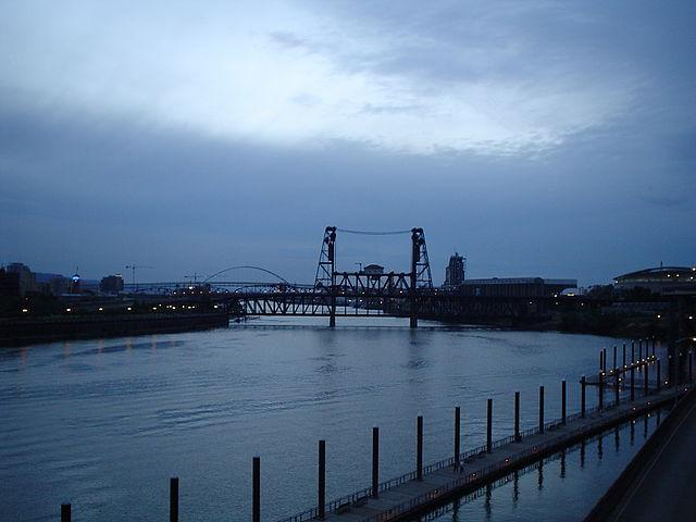 640px-Portland_Oregon_Willamette_River_at_night.jpg