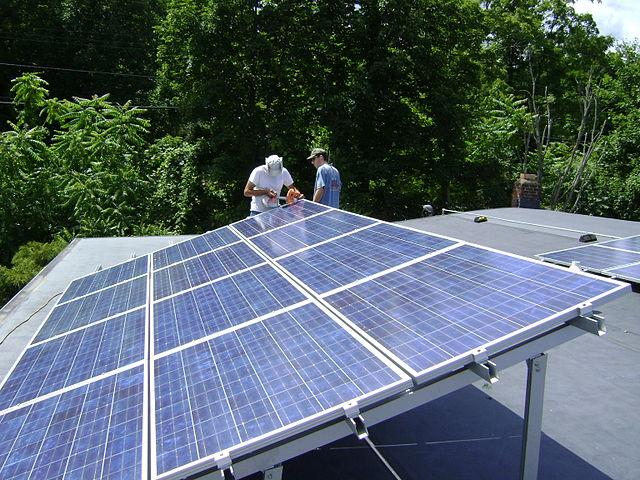 640px-Rooftop_Photovoltaic_Array.jpg