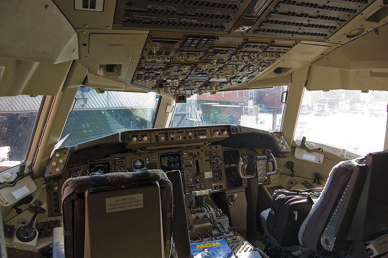 800px-767_Airplane_cockpit.jpg