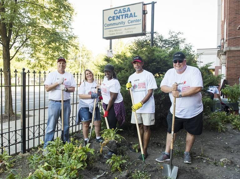 Aramark-volunteers-at-Casa-Central-Chicago.jpg