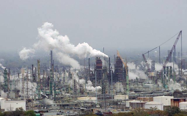 Exxon_Mobil_oil_refinery_-_Baton_Rouge_Louisiana.jpg