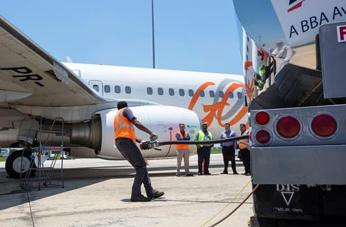 Feuling-of-a-GOL-737-800-with-Amyris-sugarcane-based-jet-fuel.jpg