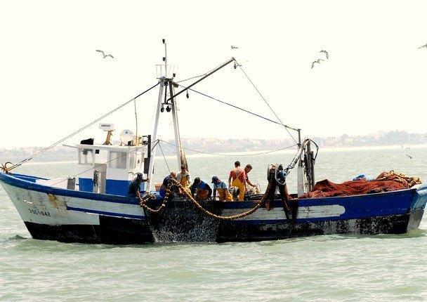 Fishers-hauling-catch.jpg